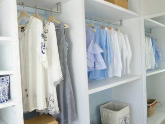 overzichtelijke en opgeruimde kledingkast