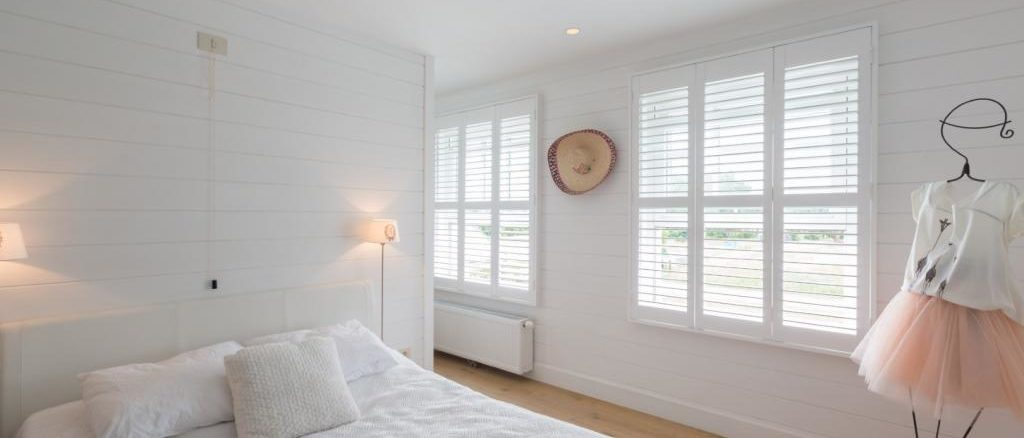 witte shutters op maat slaapkamer